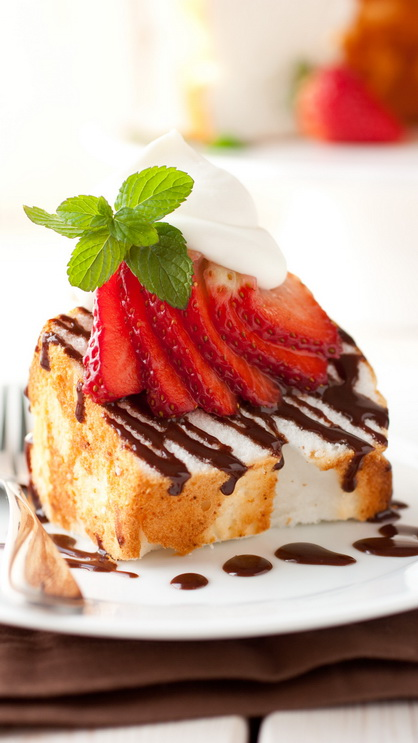 angel food cake with nutella drizzle berries mascarpone cream