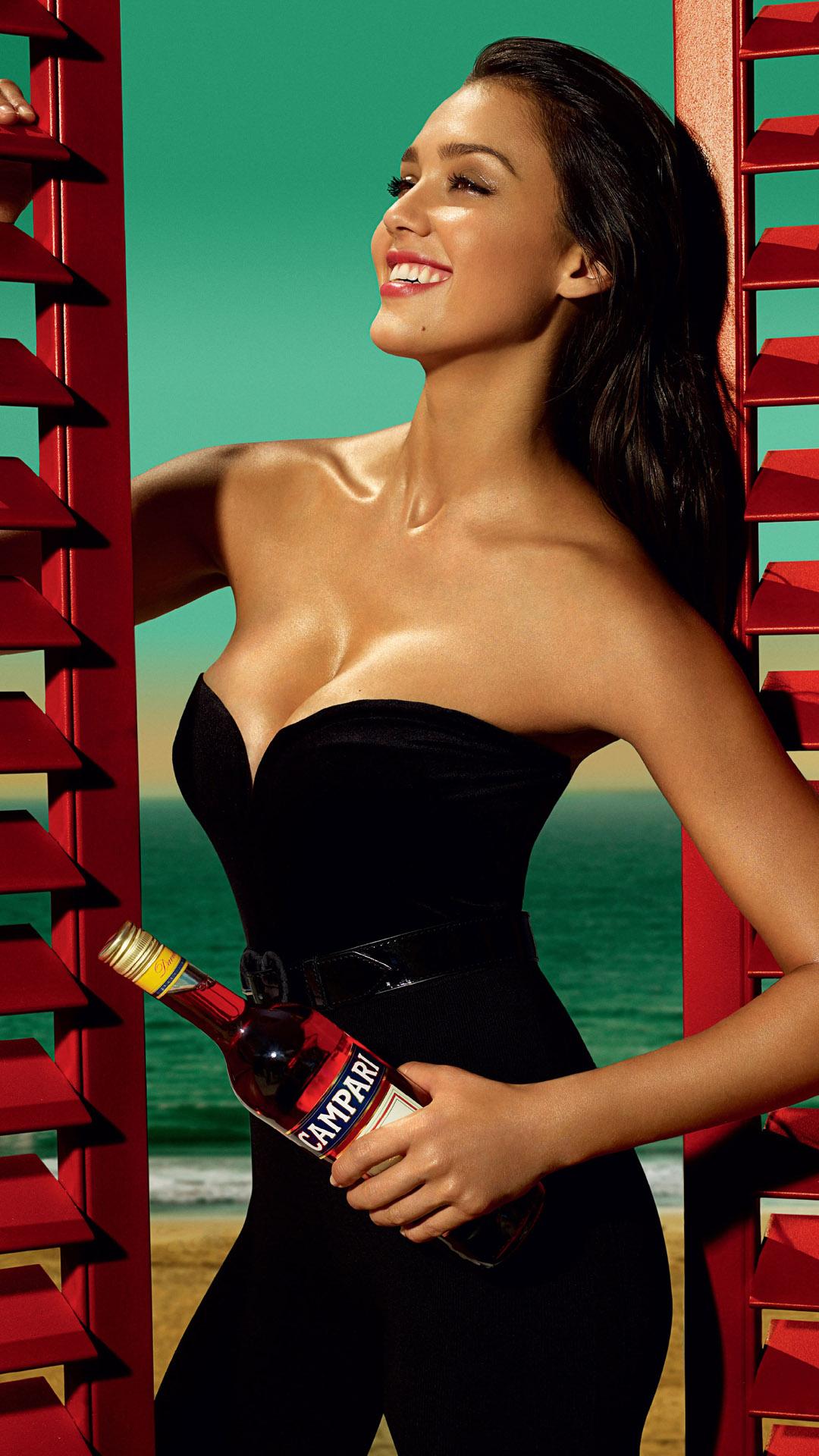 Jessica Alba black dress